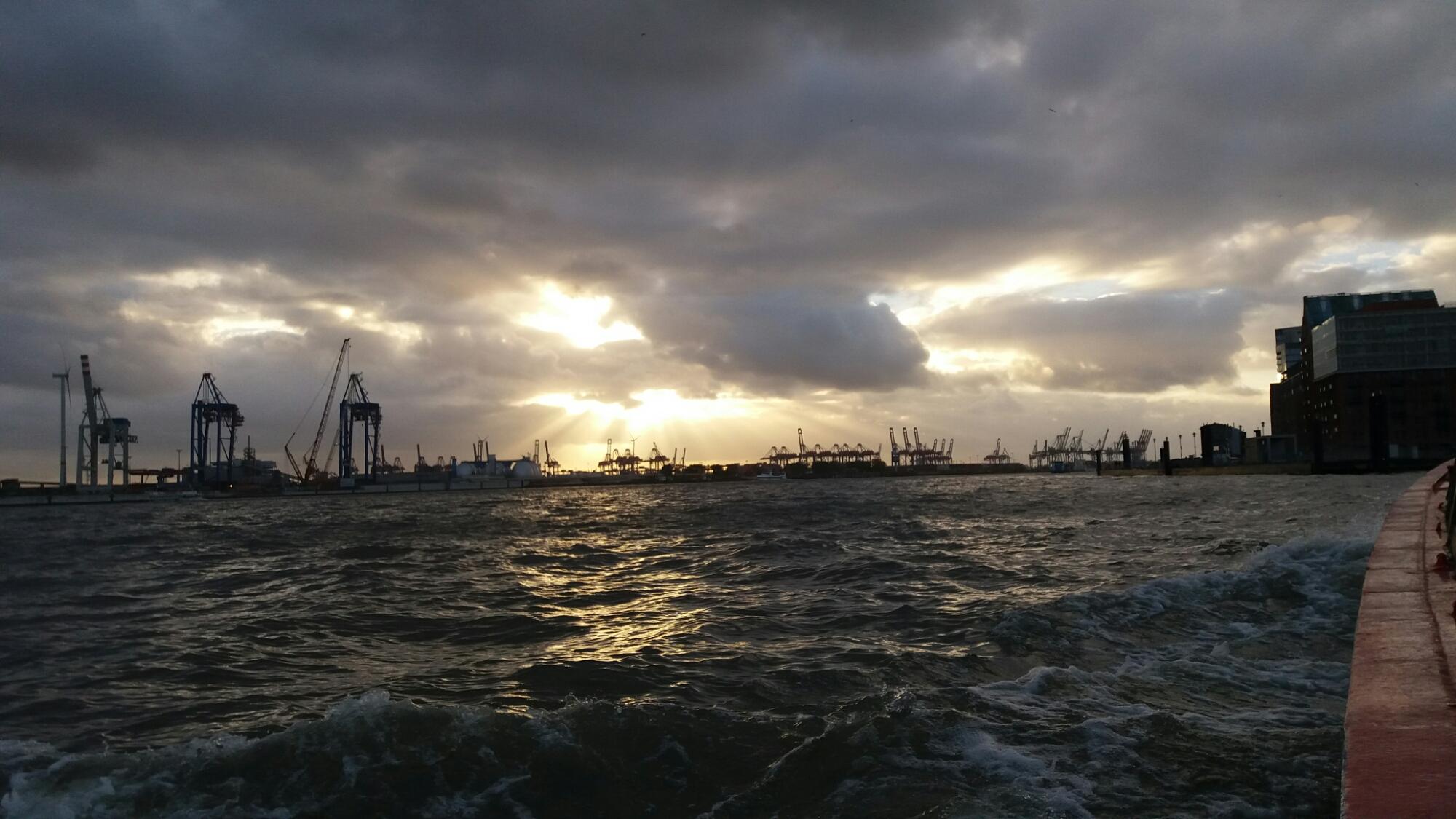 Hamburger Hafen und Elbe am Abend